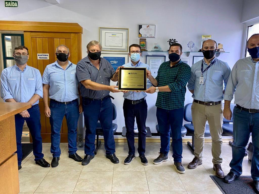 Brasdiesel entrega placa de homenagem aos 50 anos da Irapuru Transportes