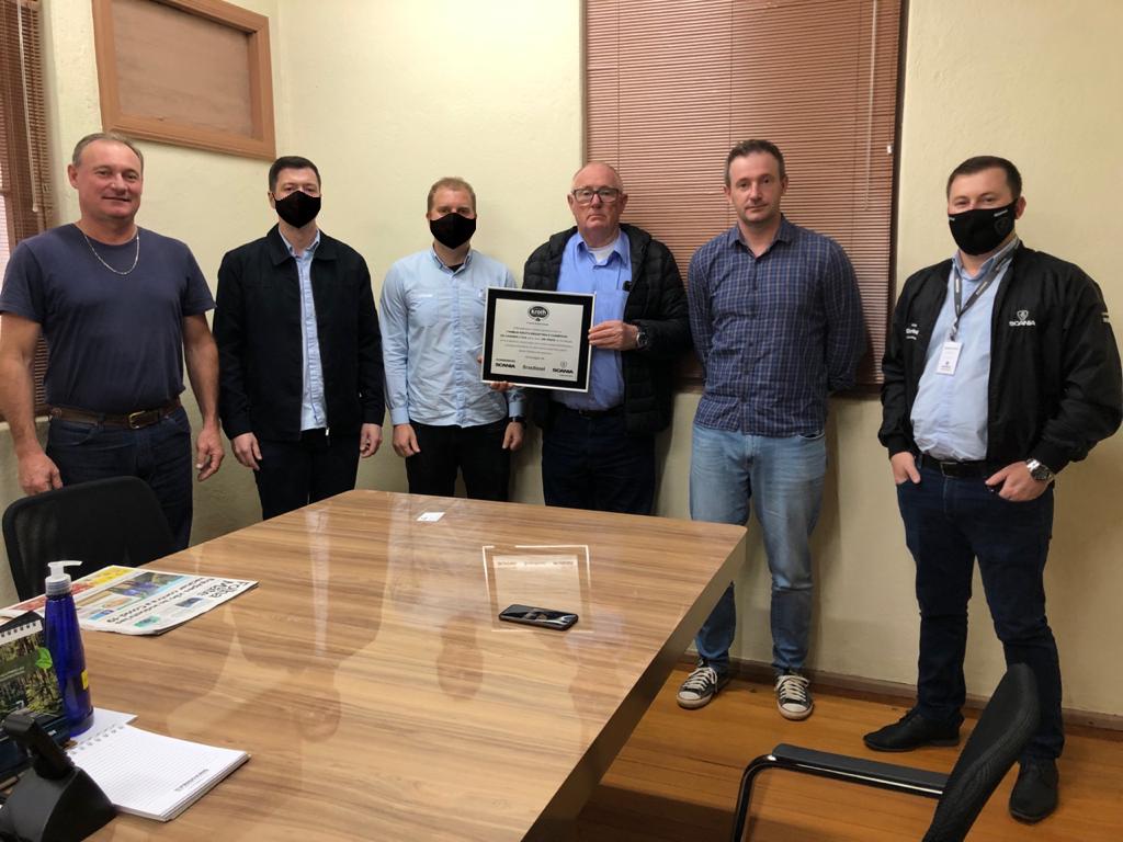Brasdiesel entrega placa de homenagem aos 65 anos da Família Kroth Indústria e Comércio de Carnes Ltda